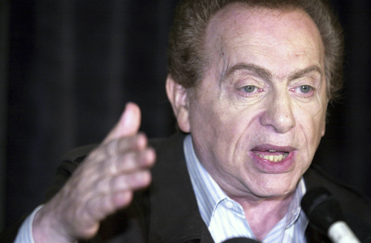 In this Wednesday, Aug 28, 2002, file photo, comic Jackie Mason addresses the media at Zanie's ...