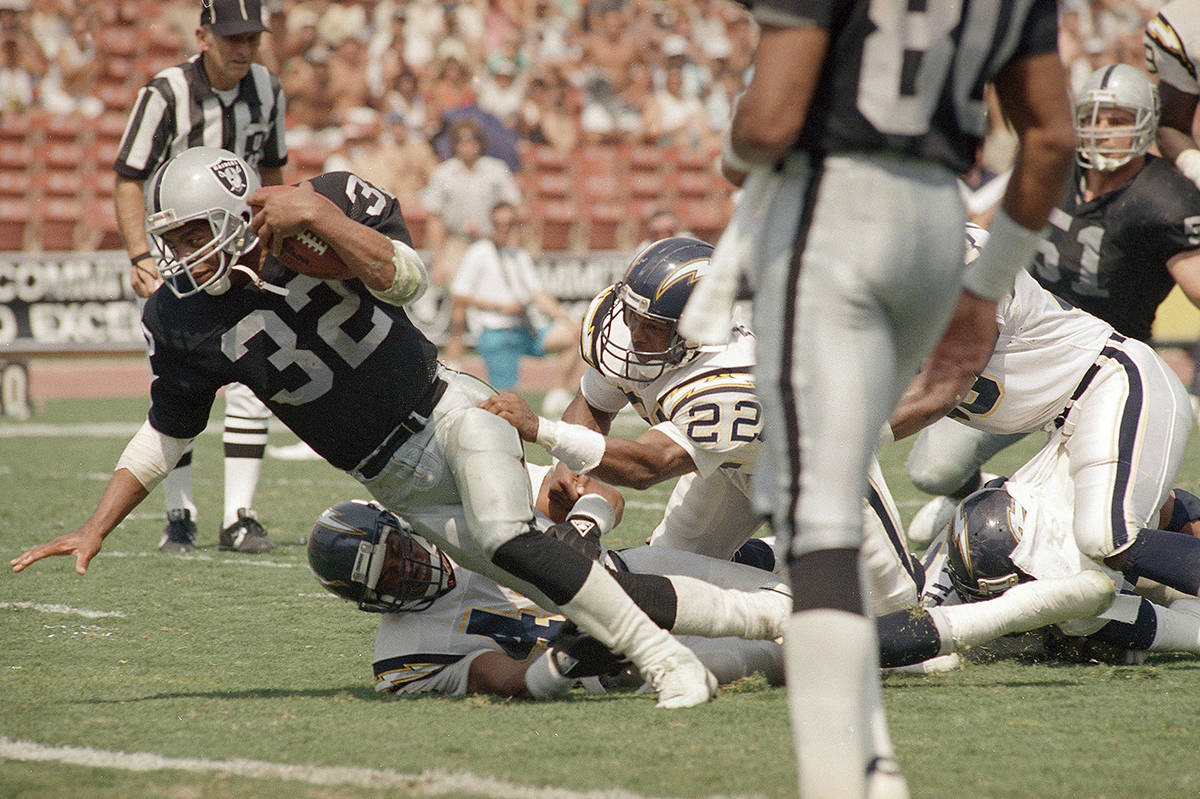Los Angeles Raiders' running back Marcus Allen (32) stretches for the end zone to score as San ...