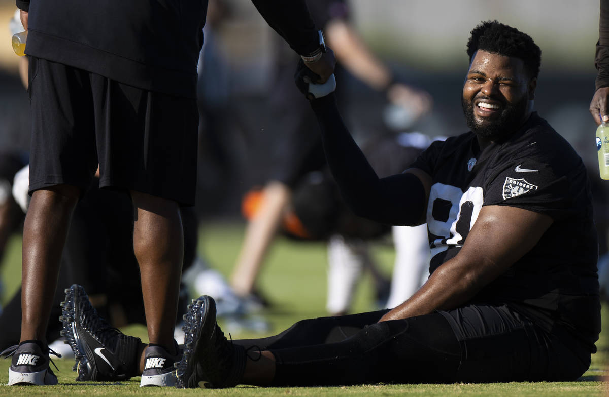 Raiders defensive tackle Johnathan Hankins (90) shares a laugh with Raiders staff during traini ...