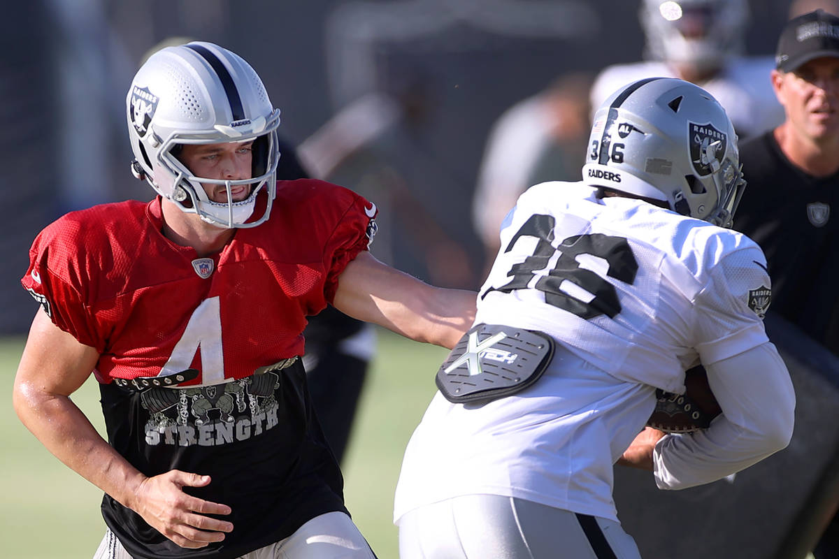 Graney: Derek Carr shining for Raiders in stress-free camp