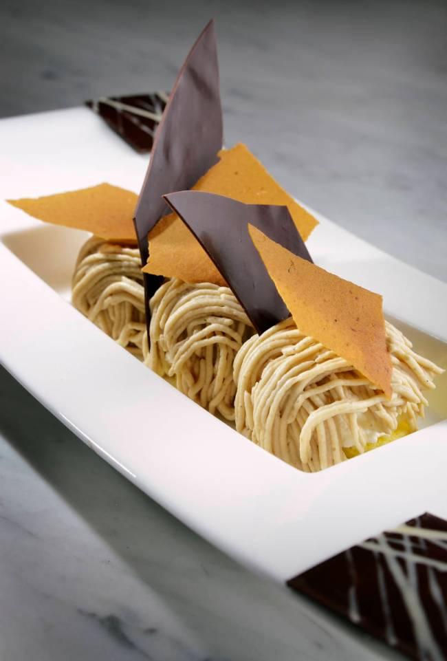 Foodies mendapatkan makanan penutup mereka dengan penawaran kelas atas di Sweets Raku.  (majalah)