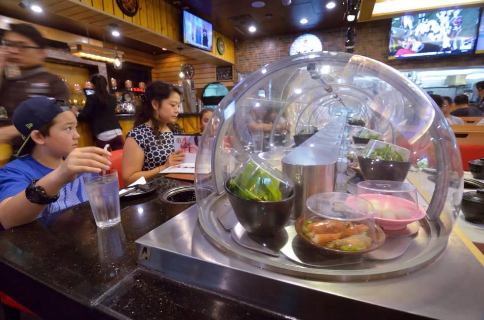Sebuah ban berjalan membawa makanan langsung ke pengunjung di restoran Chubby Cattle.(rjmagazine)