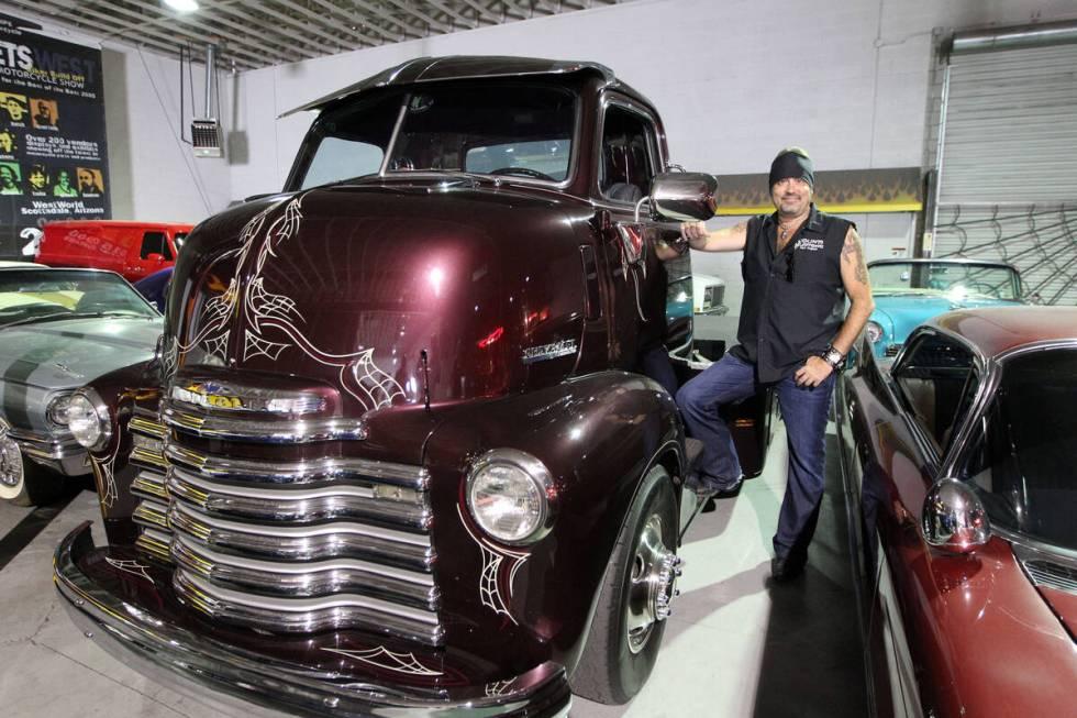 Danny Koker berdiri di samping truk Chevrolet COE (Cab Over Engine) 1947 yang ia gunakan untuk mentransportasi ...