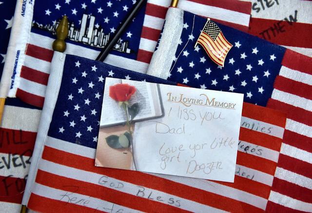 Bendera Amerika dan kartu catatan pribadi, dikumpulkan dari pahlawan 9/11 New York-New York ...