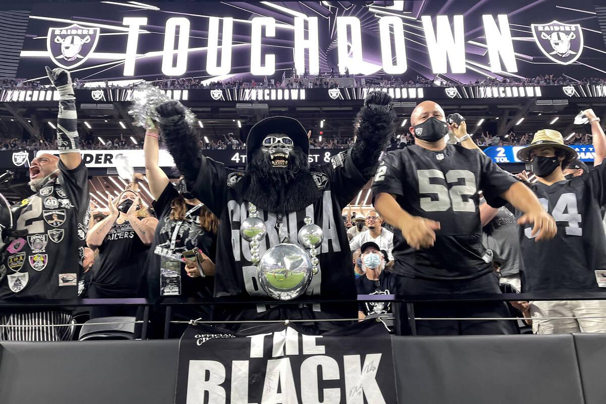 Fans, termasuk Mark Acasio sebagai Gorilla Rilla bersorak untuk touchdown selama pembukaan kandang Raiders ...