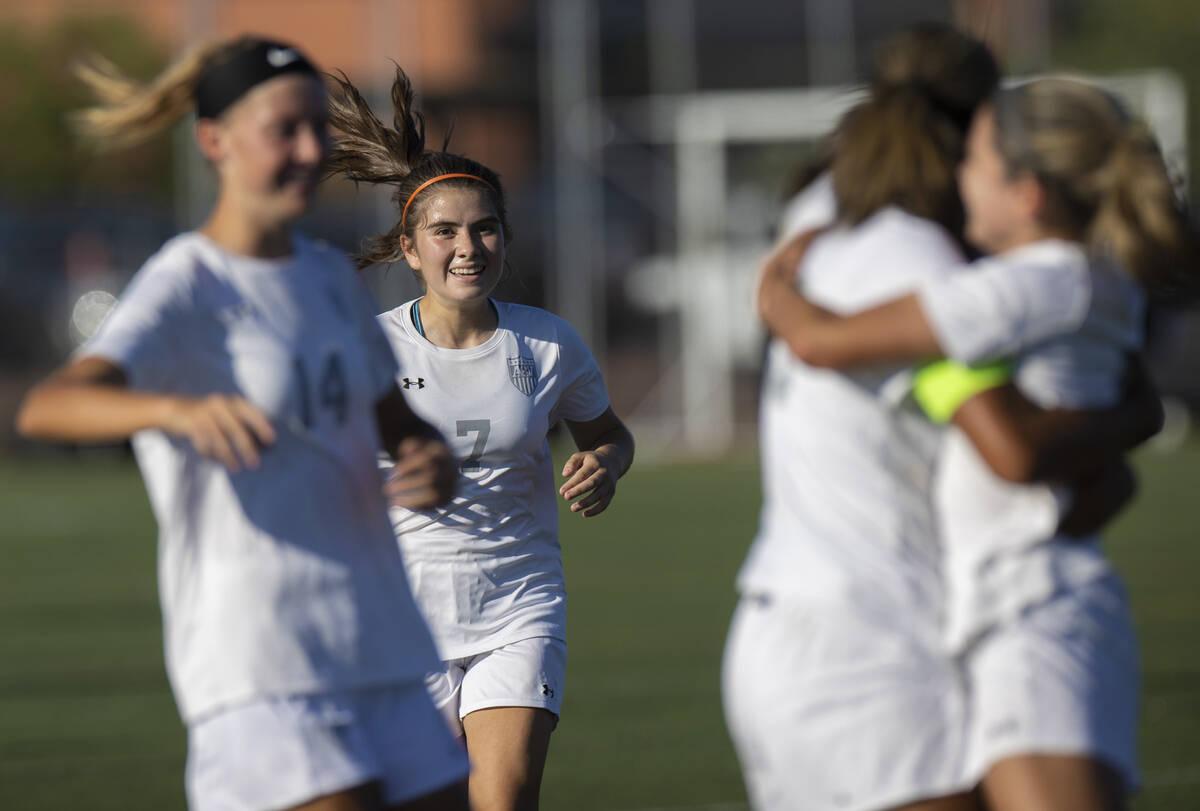 Pemain Arbor View merayakan gol selama pertandingan sepak bola sekolah menengah perempuan melawan Faith Luther ...