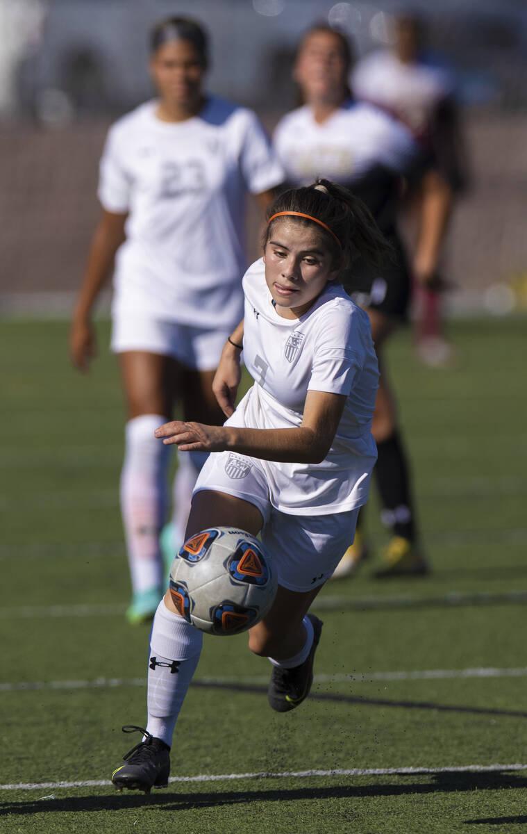 Carissa Ortega (7) dari Arbor View mendorong bola ke atas lapangan selama pertandingan sepak bola sekolah menengah ...