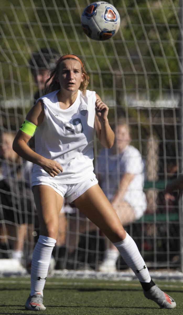 Ava Gardner (20) dari Arbor View membela gawang selama pertandingan sepak bola sekolah menengah ...