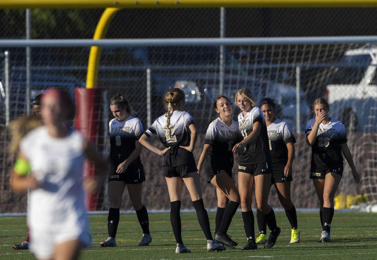 Pemain Faith Lutheran merayakan setelah mengalahkan Arbor View 2-1 selama pertandingan sepak bola sekolah menengah ...
