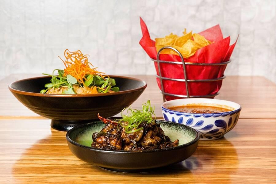 Chef Laura Vargas dari China Poblano oleh José Andrés akan menyajikan elote panggang dengan shri ...