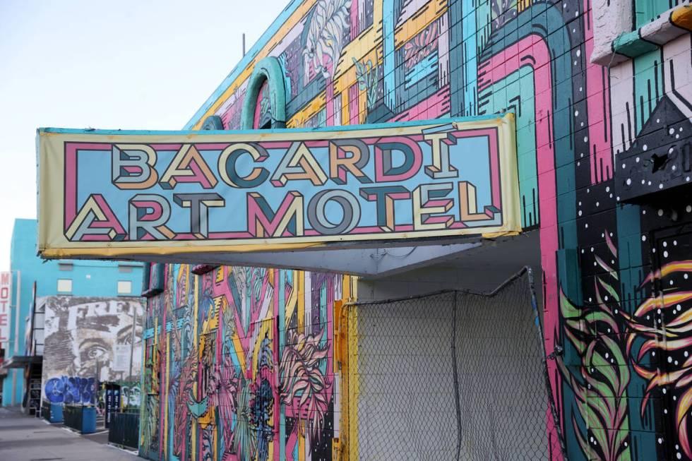 Sebuah motel tertutup yang dikenal sebagai Art Motel di 221 N. 7th Street di pusat kota Las Vegas yang dimiliki oleh Tony ...