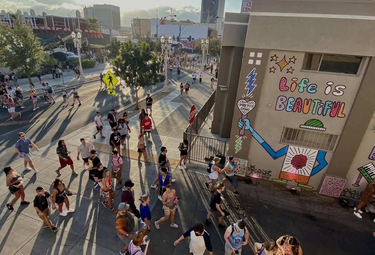 Life is Beautiful Para peserta berjalan-jalan di Fremont Street dan sebuah gang kecil di sana pada hari Jumat, Se ...