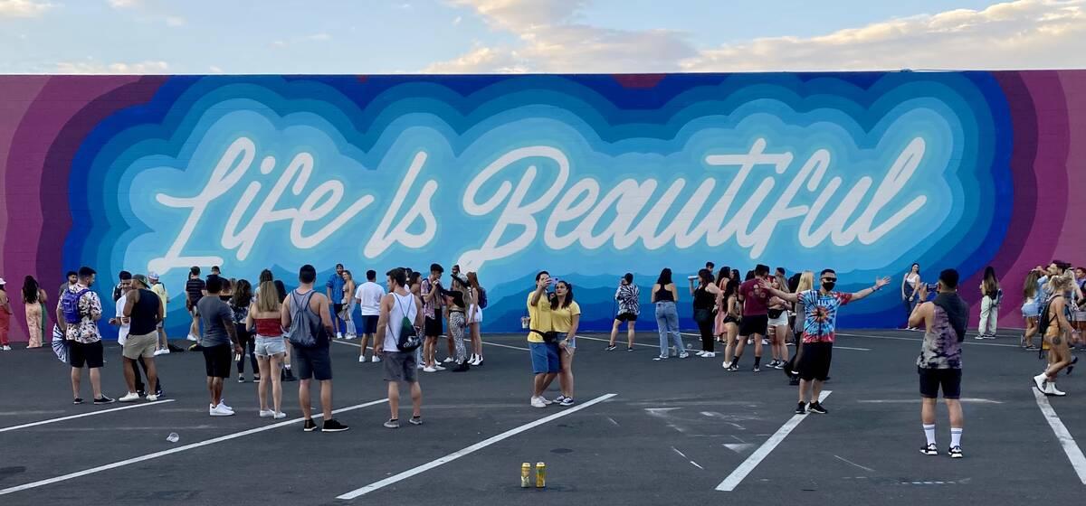Sebuah mural di Seventh Street di pusat kota Las Vegas terlihat selama festival Life is Beautiful ...