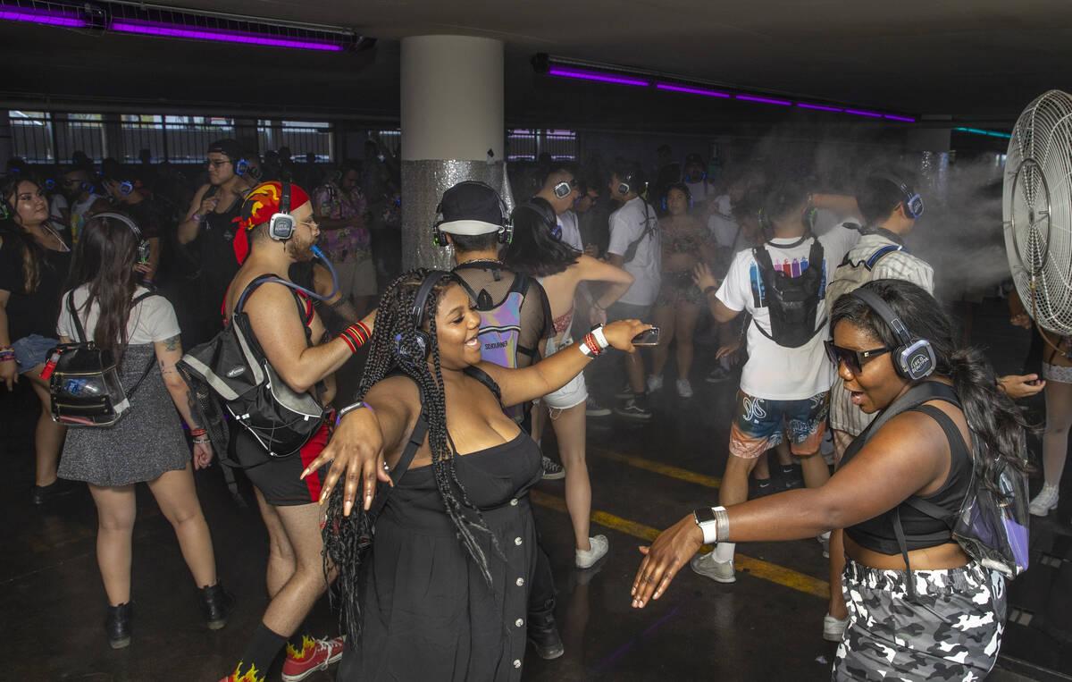 Orang-orang menari di dalam diskotik sunyi di garasi parkir di South 7th Street pada siang hari ...