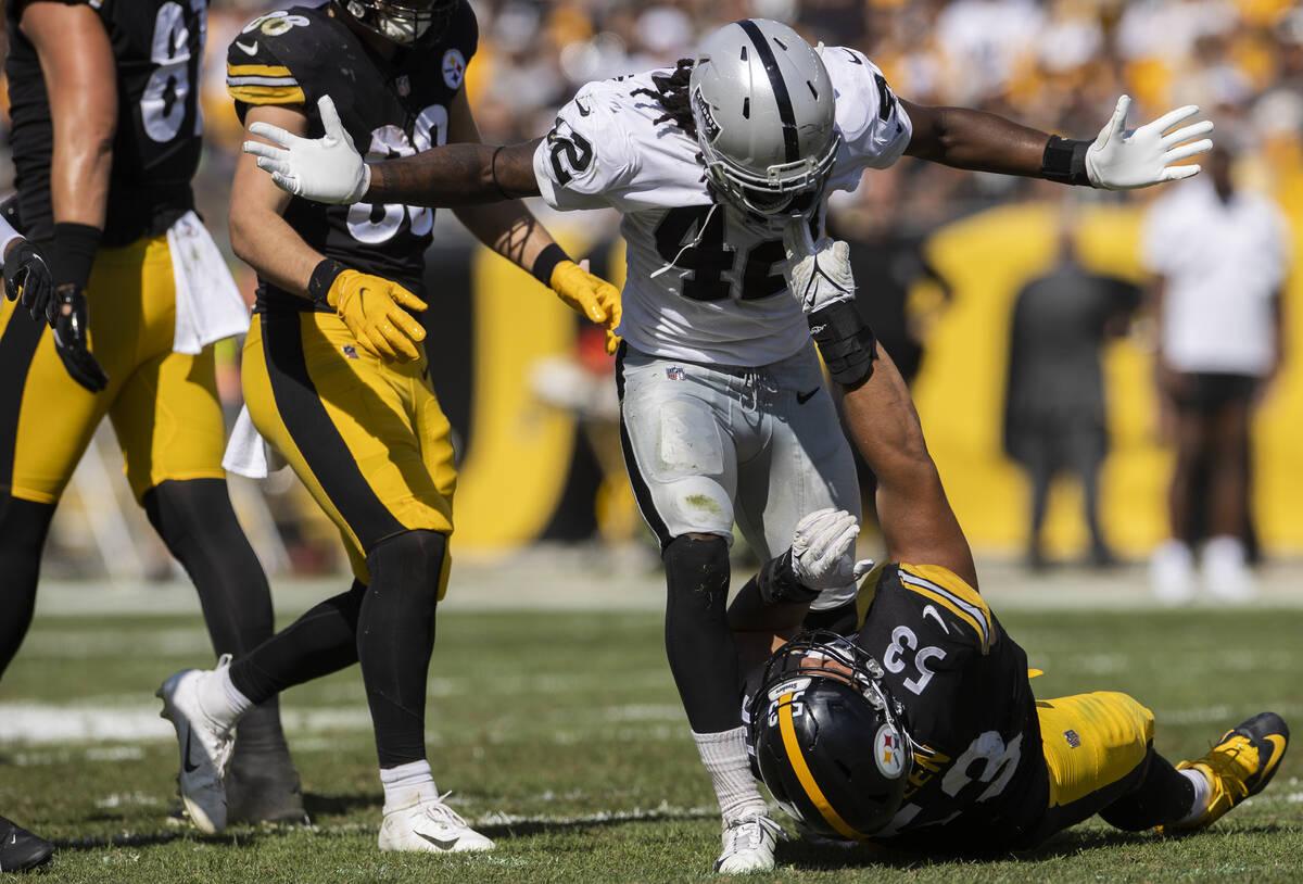 Raiders inside linebacker Cory Littleton (42) gets tangled up with Pittsburgh Steelers guard Ke ...