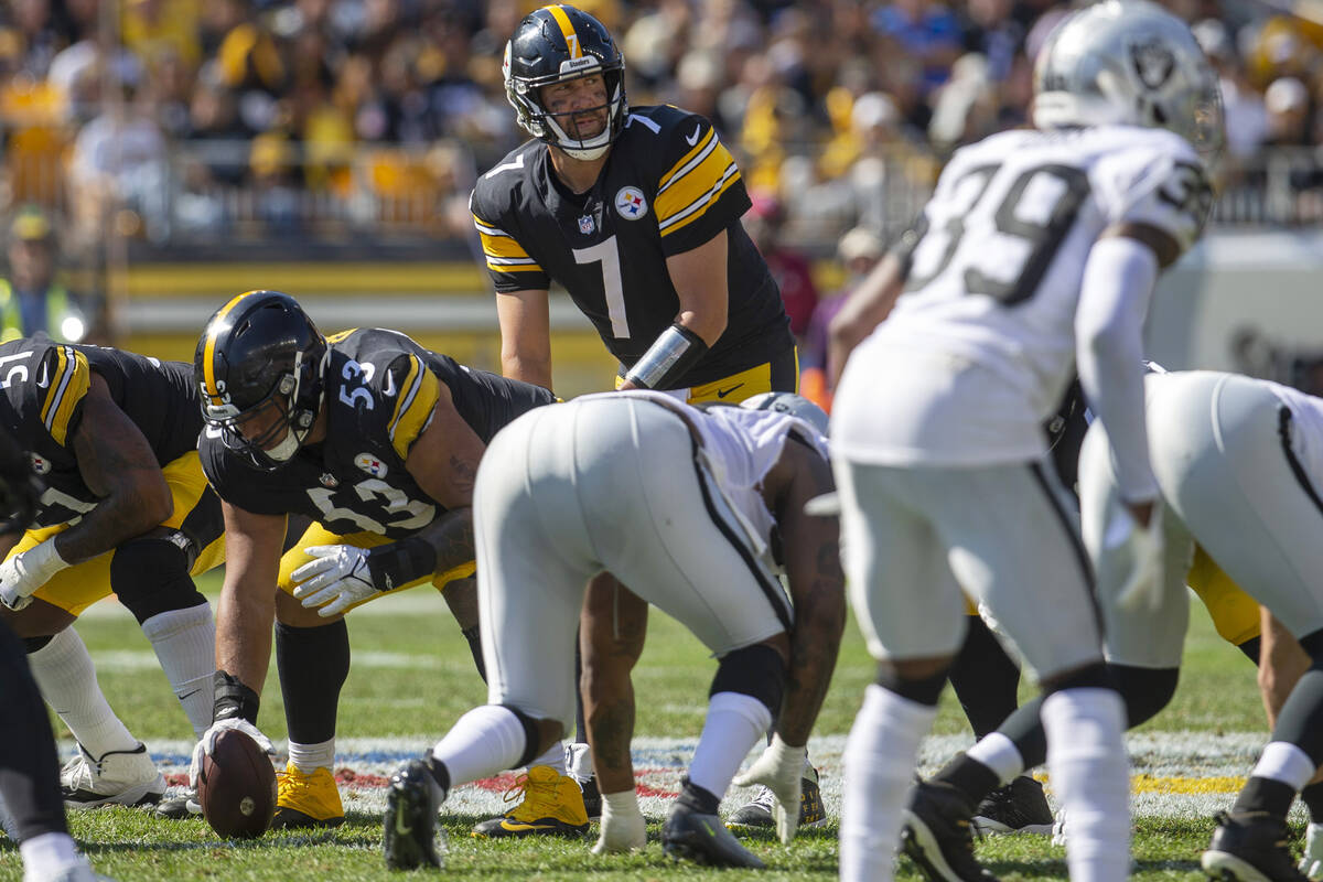 Pittsburgh Steelers quarterback Ben Roethlisberger (7) sets up a play at the line of scrimmage ...