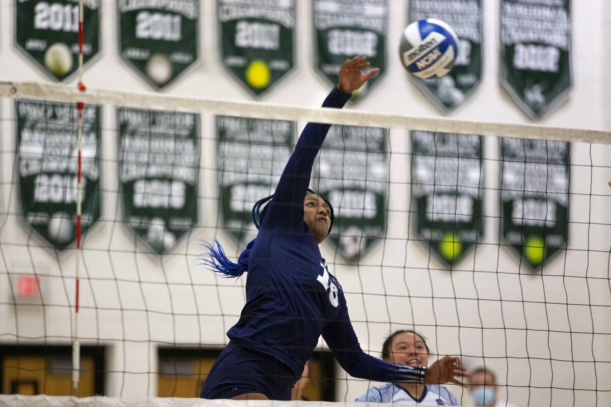Jocelyn Sanders (16) dari Shadow Ridge melompat ke Palo Verde selama pertandingan voli sekolah menengah mereka ...