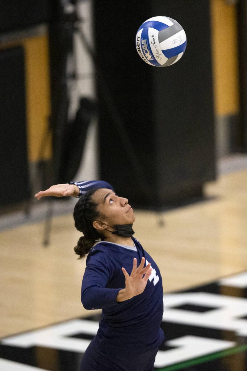 Moni Jerome (4) dari Shadow Ridge melakukan servis ke Palo Verde selama pertandingan voli sekolah menengah mereka di ...