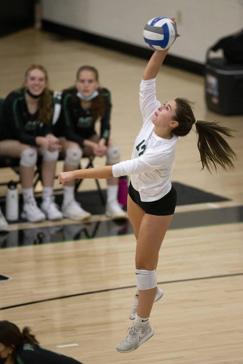 Brooke Paige (17) dari Palo Verde melakukan servis ke Shadow Ridge selama pertandingan voli sekolah menengah mereka ...