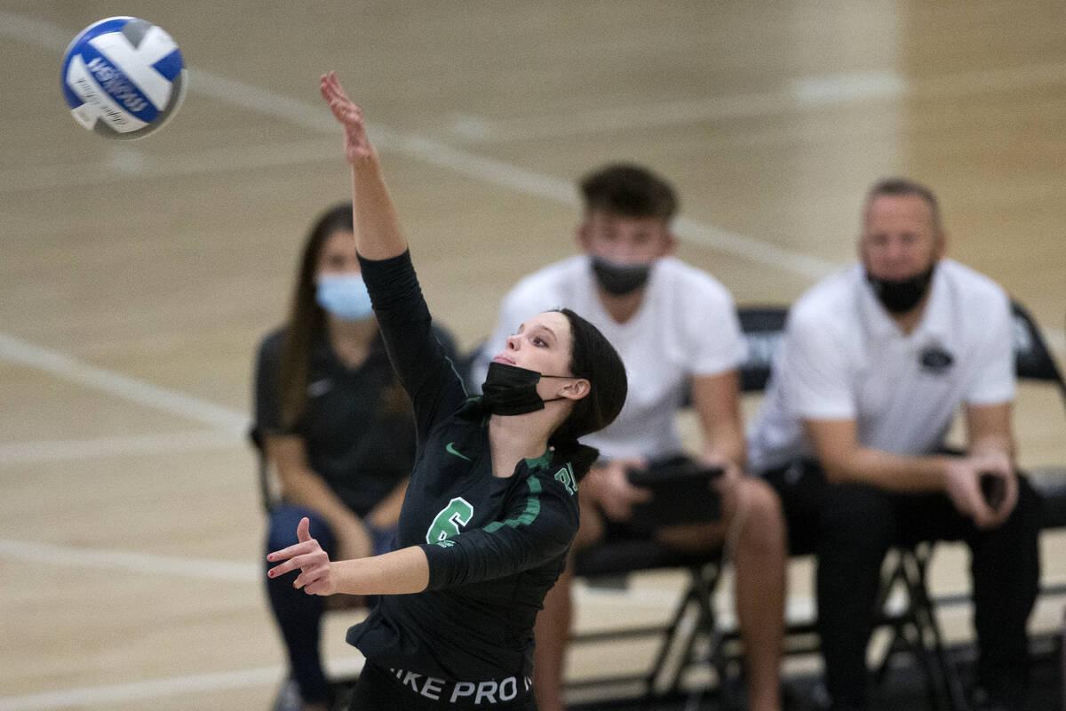 Emma Neville dari Palo Verde melompat ke Shadow Ridge selama pertandingan voli sekolah menengah mereka di Pa ...