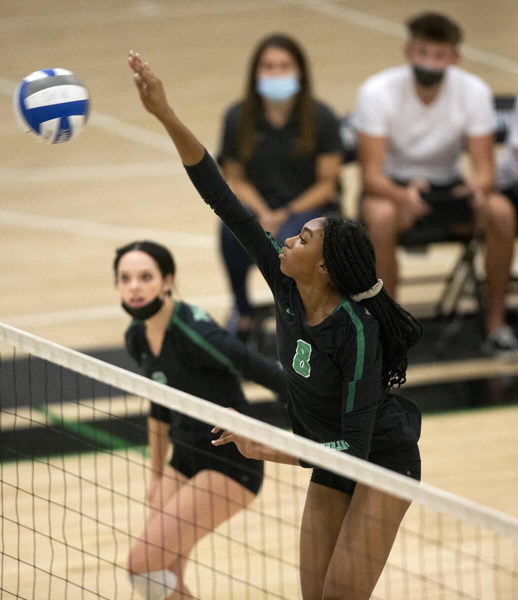 Naomi White (8) dari Palo Verde bersiap ke Shadow Ridge selama pertandingan voli sekolah menengah mereka di P ...