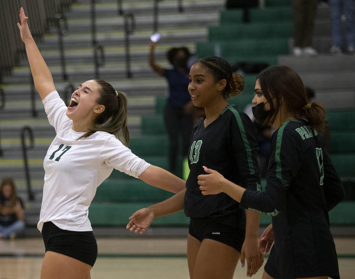Brooke Paige (17), Dani Robinson (13) dan Ana Badio (11) dari Palo Verde merayakan kemenangan tiga ...