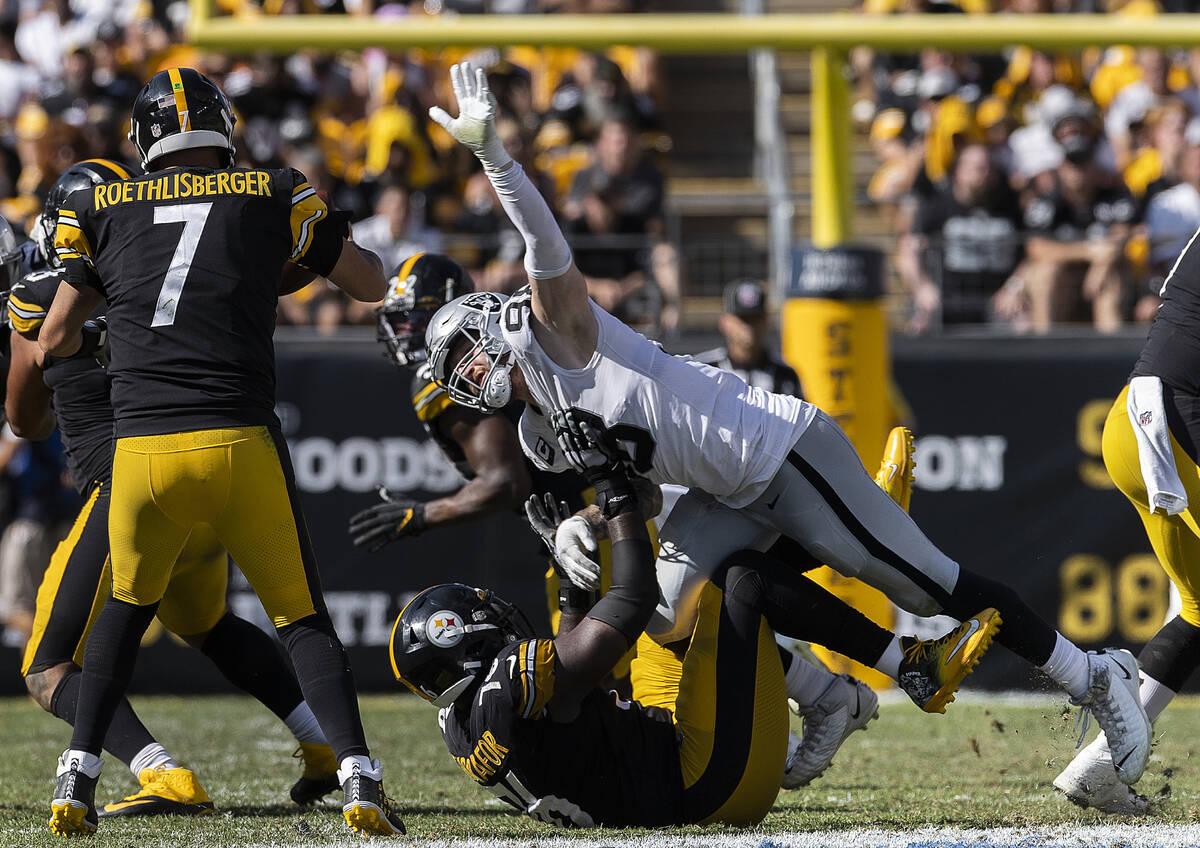 Raiders defensive end Maxx Crosby (98) puts pressure on Pittsburgh Steelers quarterback Ben Roe ...