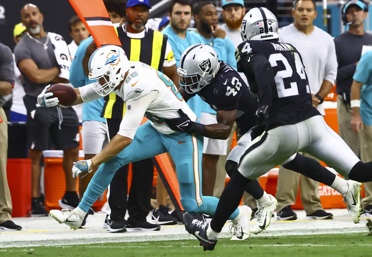 Raiders inside linebacker Cory Littleton (42) stops Miami Dolphins tight end Mike Gesicki (88) ...