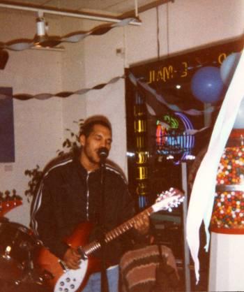 Sharim Johnson bermain di Cyber City Cafe sekitar tahun 1996. (Foto milik PJ Perez)