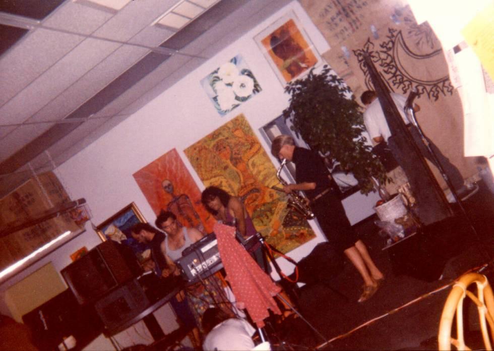 Sebuah band bermain di Club Rainbow sekitar tahun 1994. (Foto milik PJ Perez)