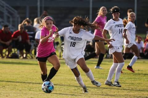 Desert OasisÕ Mia Brown (25) tries to steal the ball from Shadow RidgeÕs Leighanne Ki ...