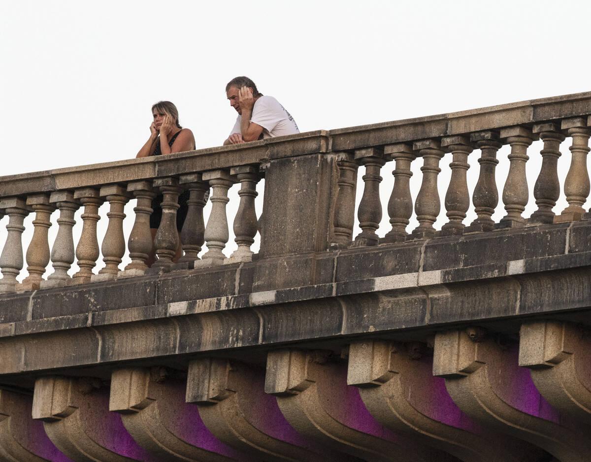 Tourists stand on London Bridge on Saturday, Oct. 2, 2021, in Lake Havasu, Ariz. (Bizuayehu Tes ...