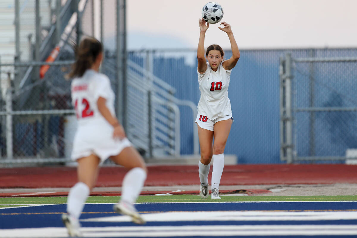 Coronado's Xayla Black (10) throws in the ball from the sideline during the second half of a gi ...