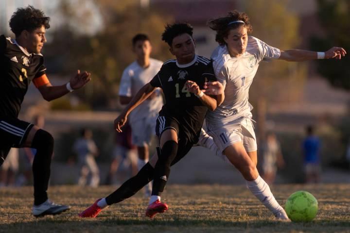 Sunrise Mountain's Kevin Menjivar Gonzalez (14) and Green Valley's Tyler Colbrook (11) collide ...